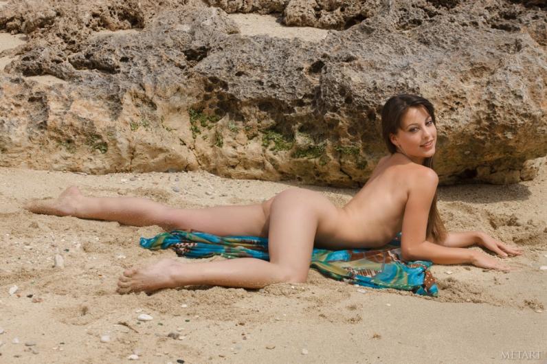 Песчаный пляж со славной жопой Элис и ее чудными дойками