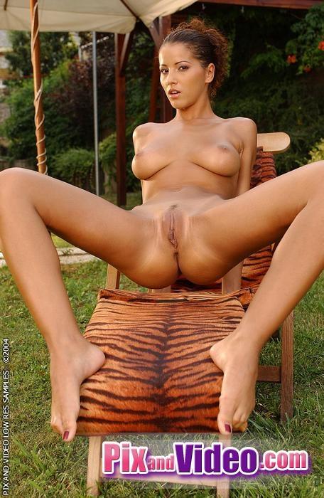 Angel Dark показывает свои крупные дойки в лесу секс фото смотреть эротику