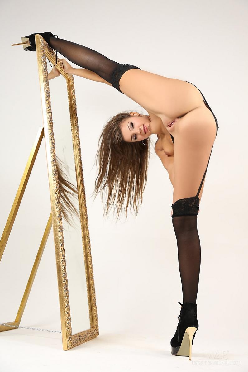 Заводная попка голой девки окантованная тонкими чулками порно картинки