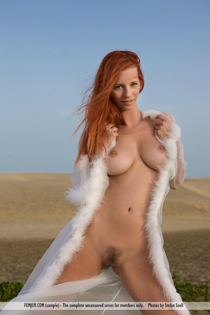 Пустынный пейзаж с откровенной рыженькой моделью