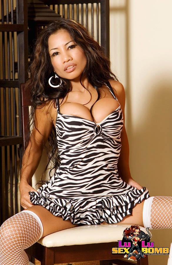 Хорошенькая китаянка с громадными голым бюстом секс-фото