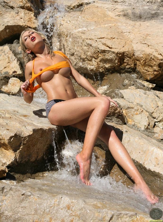 Стриптиз в холодных струйках водопада