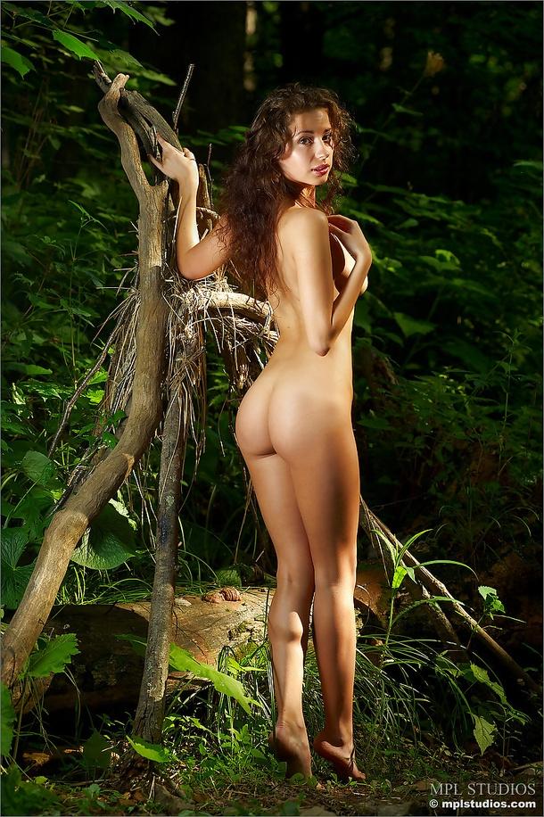 Очаровательная Регина с обнаженной киской у лесного ручейка