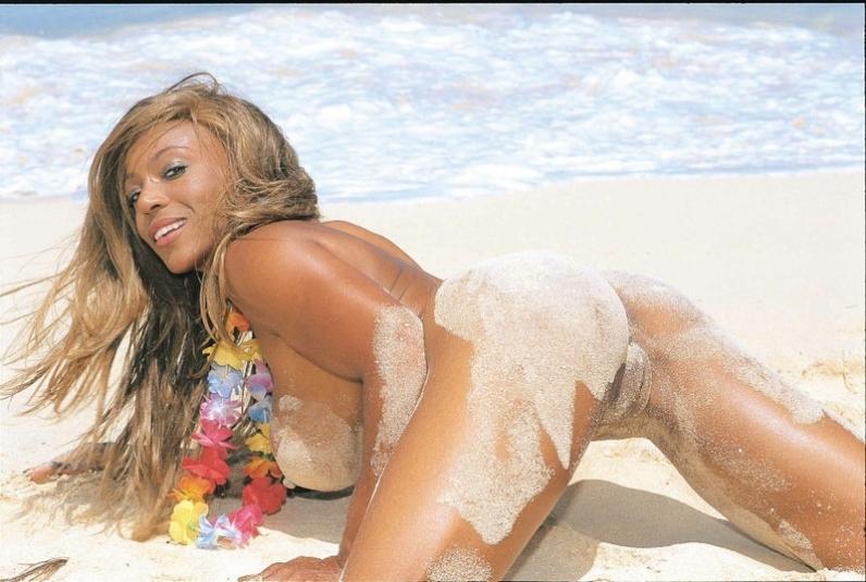 Аппетитная гавайская мулатка нагишом на берегу моря