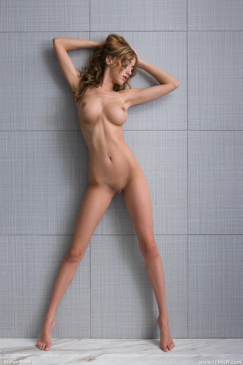 Горячая woman с изумительной грудью и бритой попкой секс фото