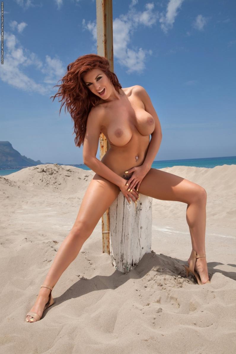 Нежный пляж с раскованной мамашей подставляющей солнцу отличные груди секс фото