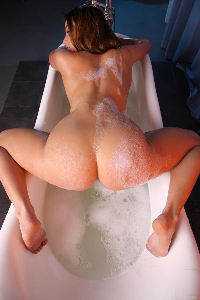 Восхитительная няшка под душем увесистой пены щеголяет приятной попой секс фото