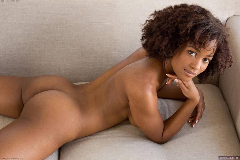 Кудрявая африканка с неистовой мордашкой и крутой попкой секс фото