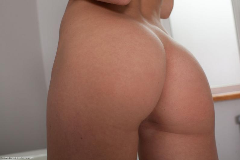 Деваха с большими бидонами в ванне стягивает корсет и бикини секс фото