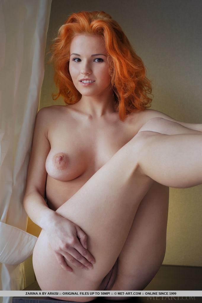Рыжеволосая около окна бахвалится похотливой киской смотреть эротику