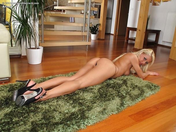 Пустилась по лестнице и тянула с нежной жопы шорты. Нагие сиськи с торчащими соками.
