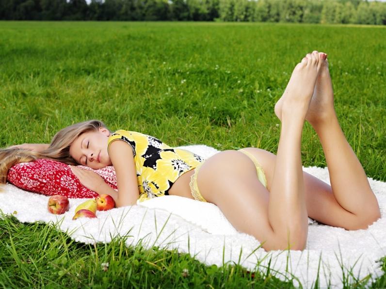 Пейзаж со свежей девушкой и ее сочной писькой на зеленой траве