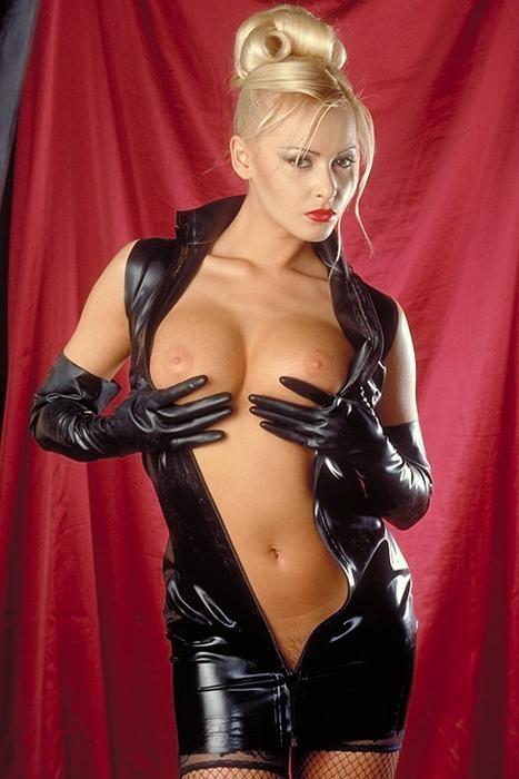 Блонди с огромными грудями в чёрной коже секс картинки
