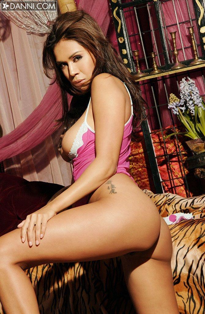 Молоденькая Алиса в кружевных розовых трусиках порно картинки