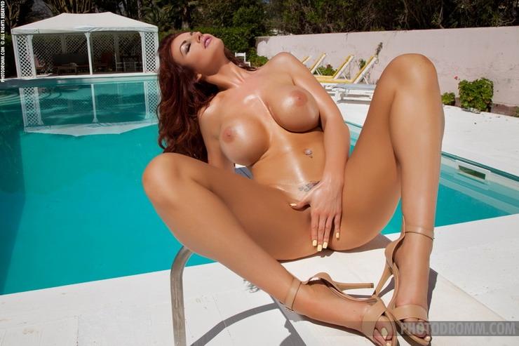 Загорелая Tommi Jo с невероятными голыми дойками