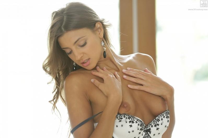 Woman с эротичной фигурой снимает белье и трусики с аккуратной задницы