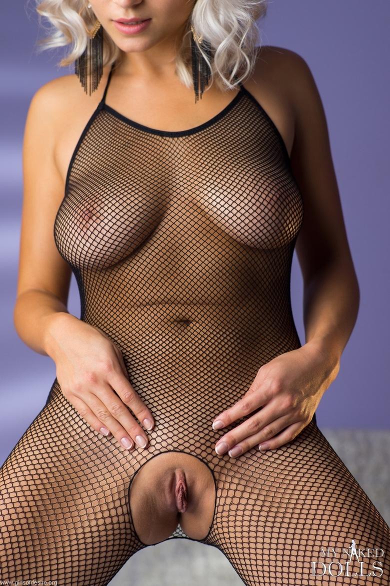 Приятные прелести светловолосой девки в эротическом белье fishnets