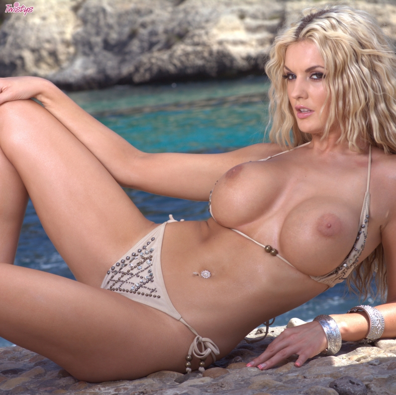 Невероятная тугая срака Томми Джо в лазурном заливе секс фото