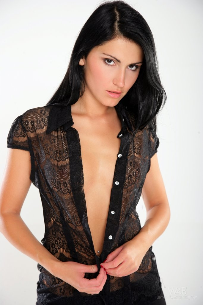 Смазливая топ-модель Rea Rich в кожаных сапогах с блестящей раздетой задницей