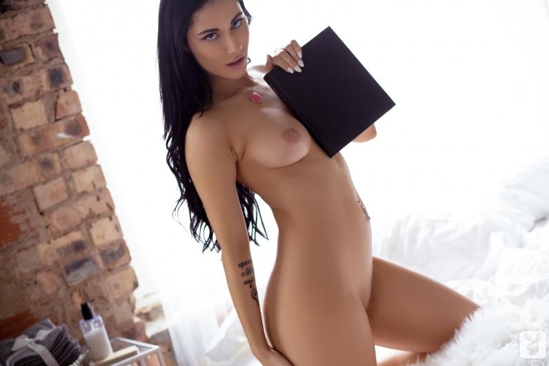 Сексуальная брюнетка с красивой мордашкой снимает платье и голышом плюхается в мягкую постель