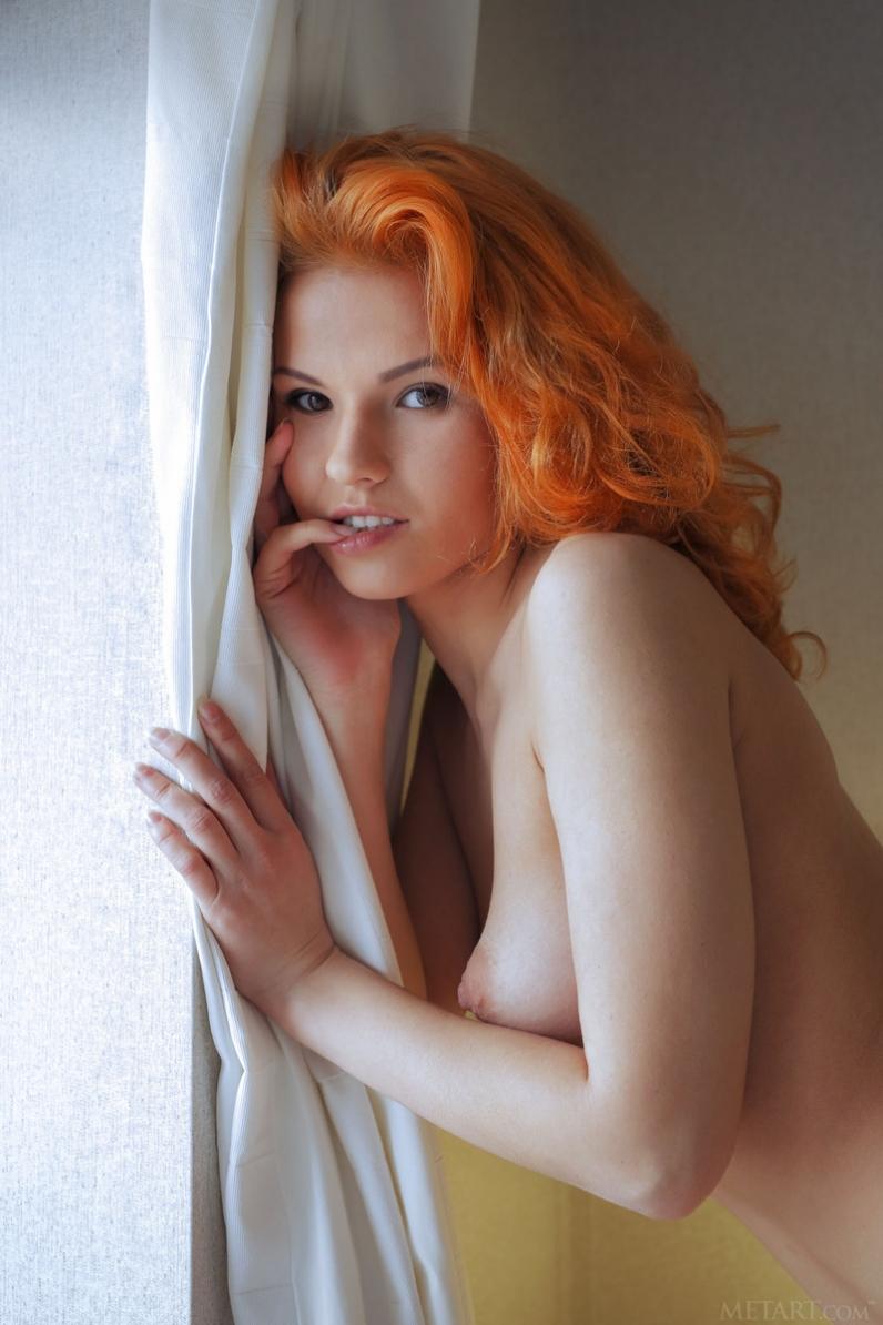 Рыжеволосая особа в тонком пеньюаре раком представляет голую жопу смотреть эротику