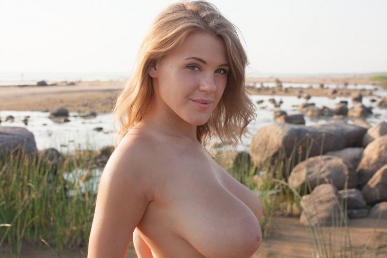 Привлекательная грудастая блондиночка спускает полосатые бикини с округлой задницы секс фото