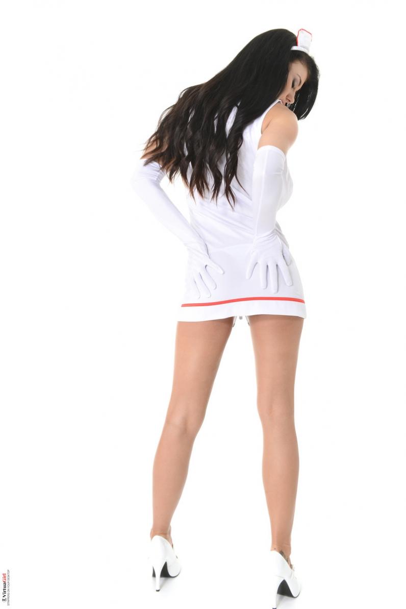 Девка в секси униформе медсестры засвечивает волосатую письку