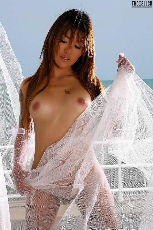 Желанная голая азиатка на яхте