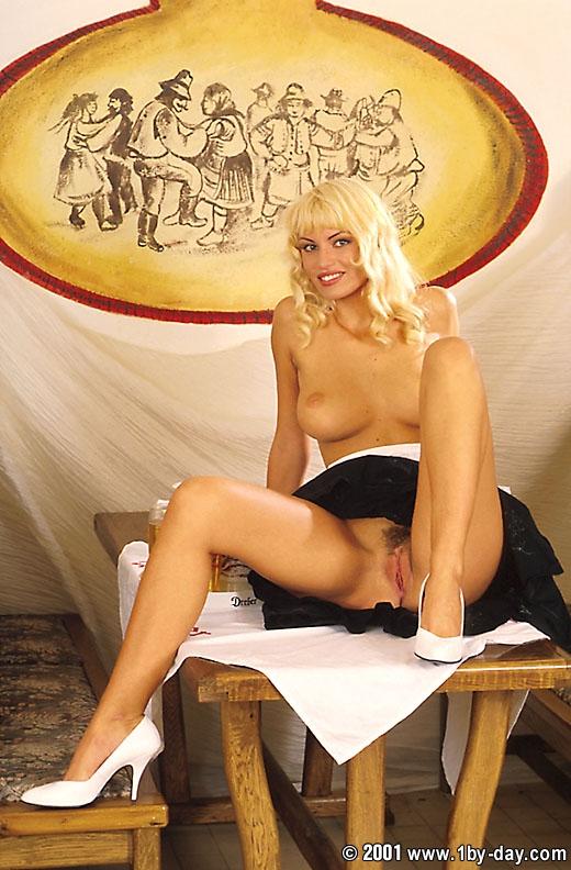 Голая служанака Anita Blond порно архив