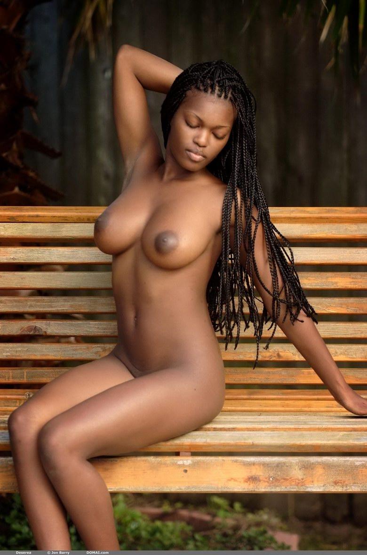 Шикарная шоколадная топ-модель с обаятельными грудями и игривой фигурой на природе