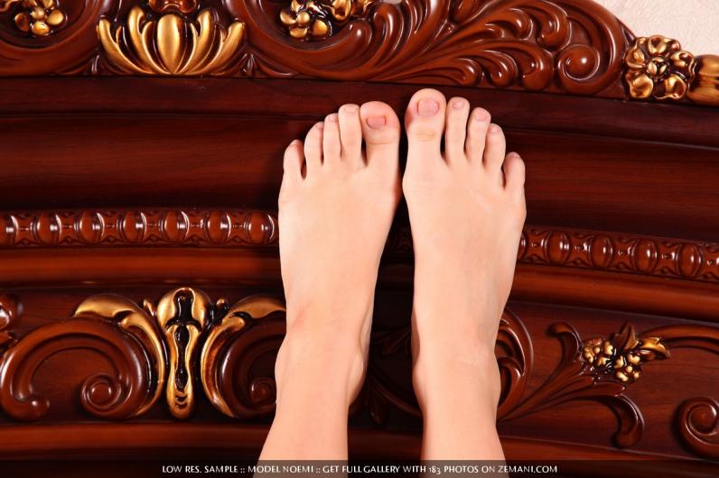 Рыжая лисичка в ажурном белье стаскивает бикини лежа в широкой кроватке