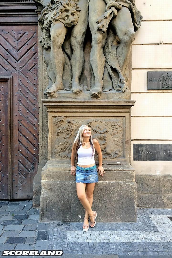 Туристка на улицах города публично засветила классные сиськи