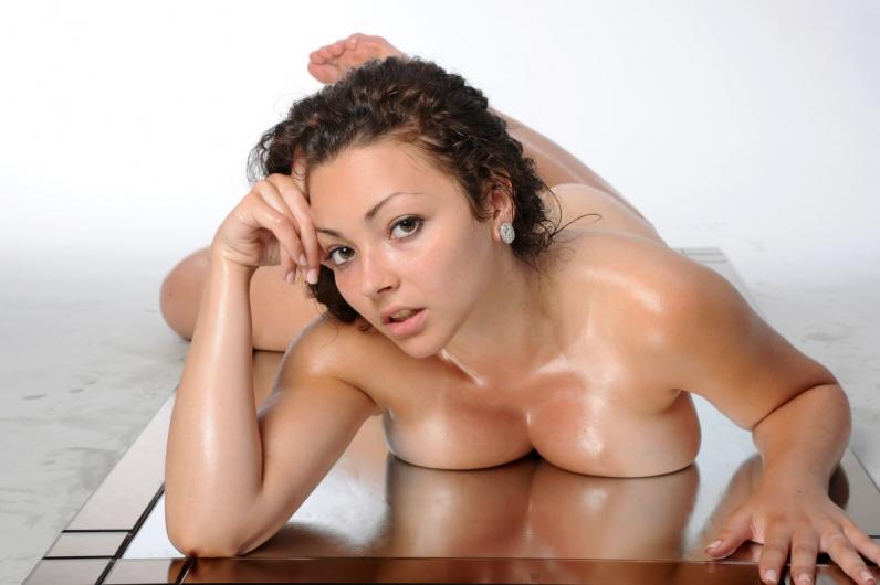 Сексуальное тело грудастой брюнетки облитое маслом