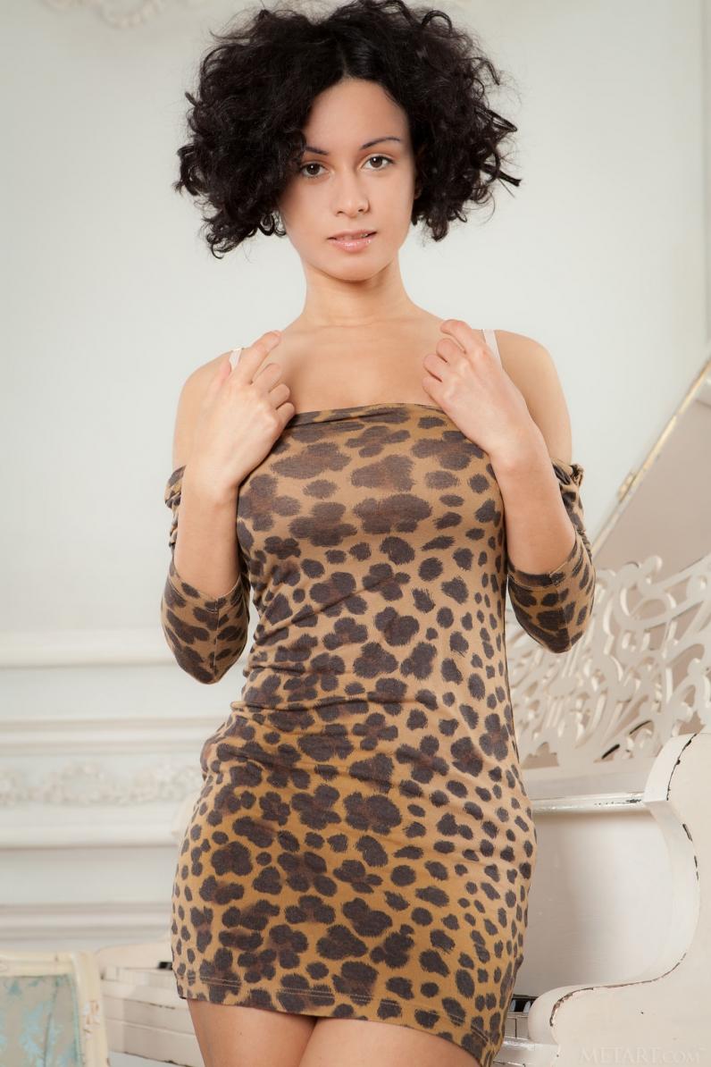 Небритая киска кудрявой брюнетки под леопардовым нарядом
