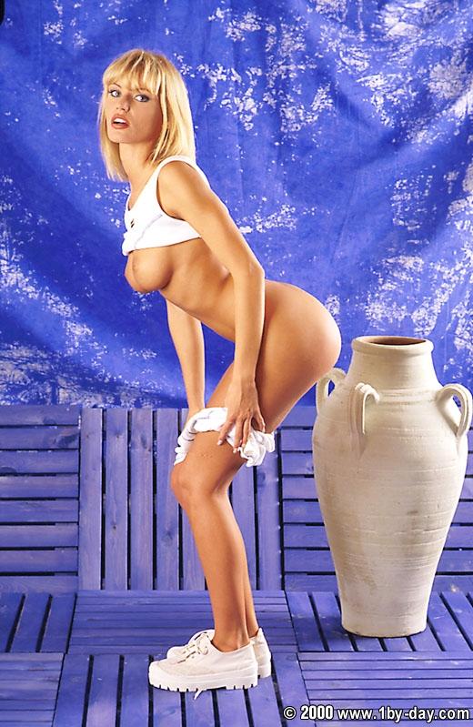 Симпатичная попка Аниты Блонд порно картинки
