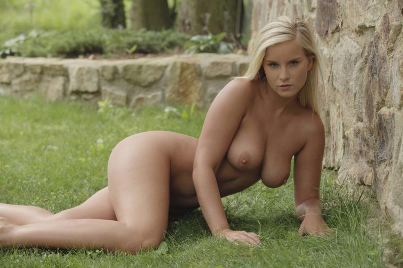Роскошная блонинка Mary снимает нижнее белье у каменной изгороди на зеленую травку