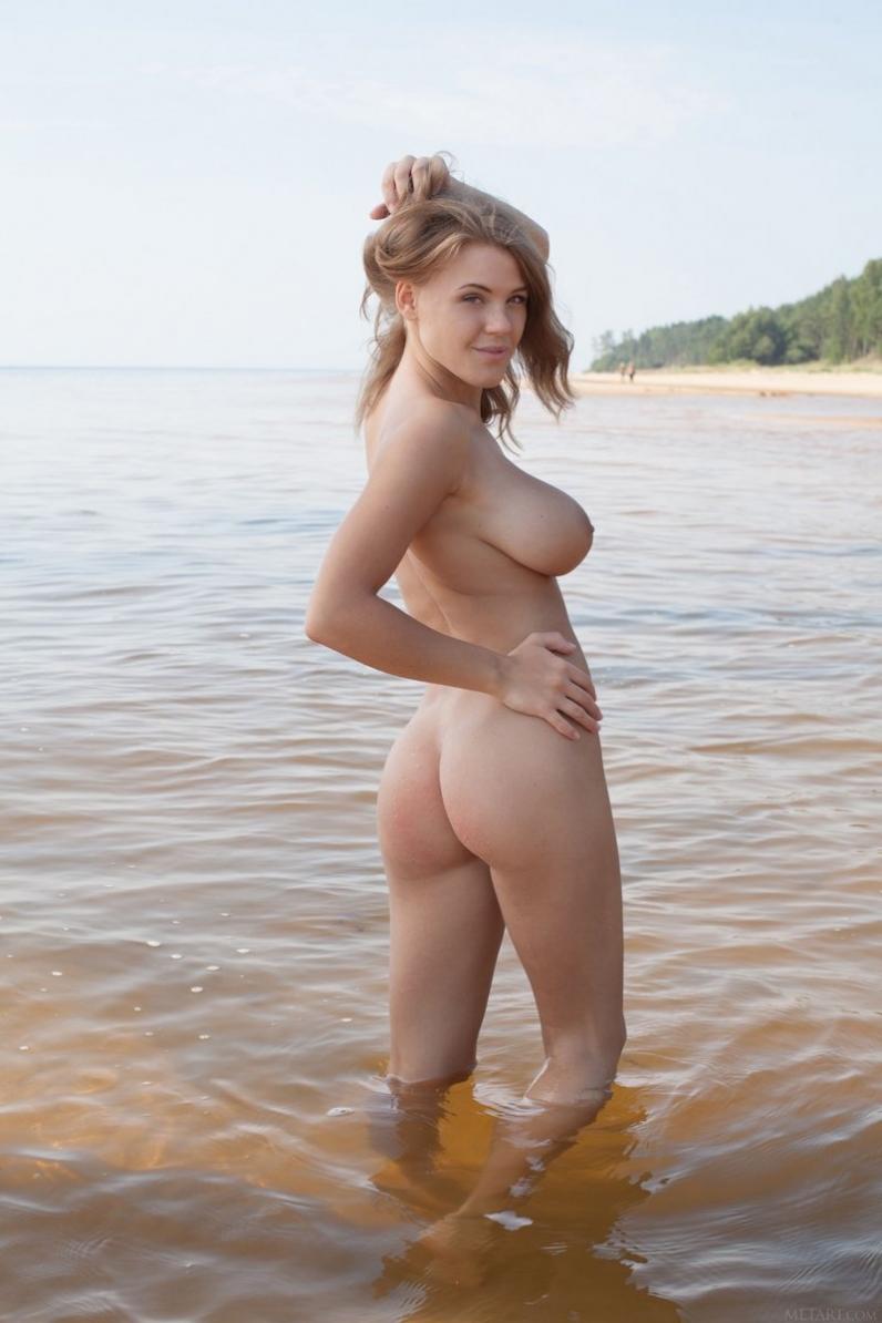 Нежная девушка на песчаном пляже