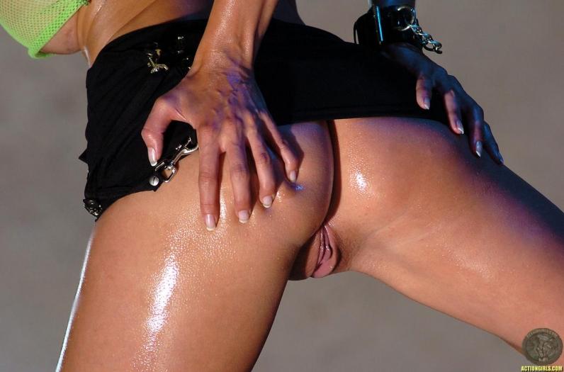 Красивые голые буфера и жопа в масле секс-фото