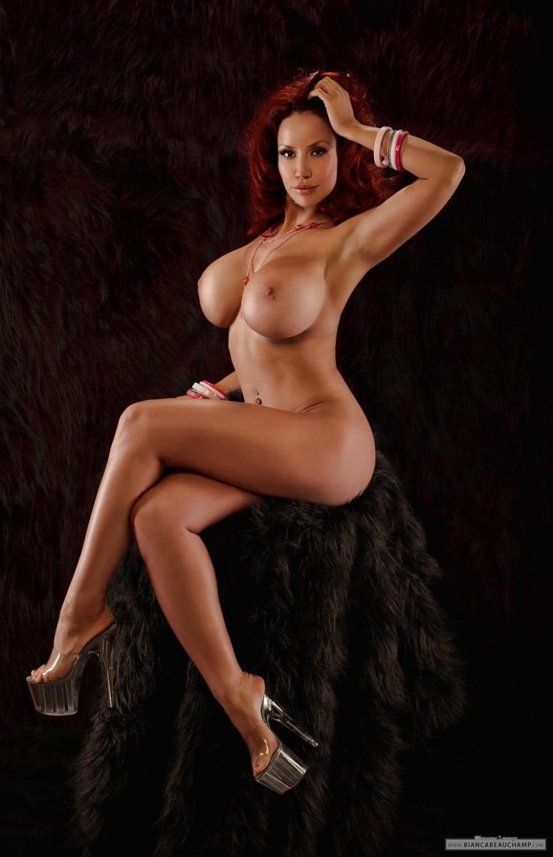 Рыжеволосая с огромными голым бюстом няшка с торчащими через сетку сексуального белья сосками секс фото