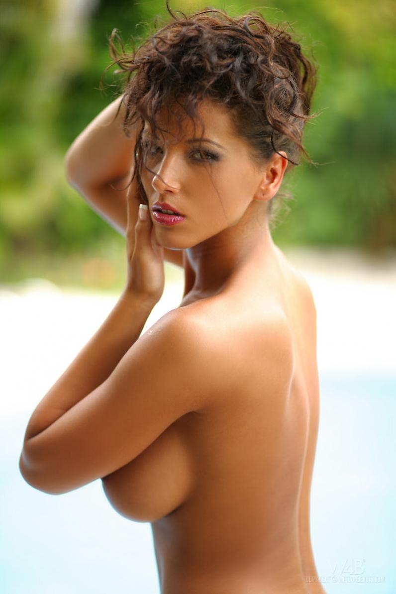 Стройная голая девушка Angel Dark на каблуках порно картинки