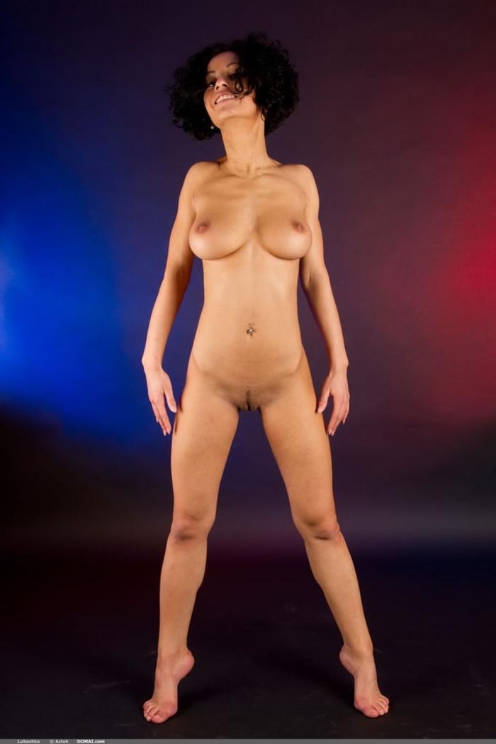 Кудрявая снимает откровенное бикини со спортивного тела
