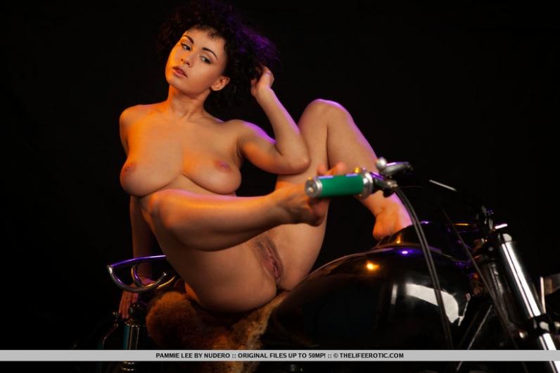 Кучерявая мадам на мотоцикле с волосатой писькой