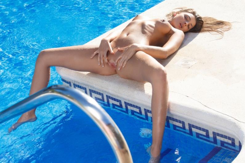 Соблазнительная задница худой модели с маленькой грудью и в голубой воде бассейна