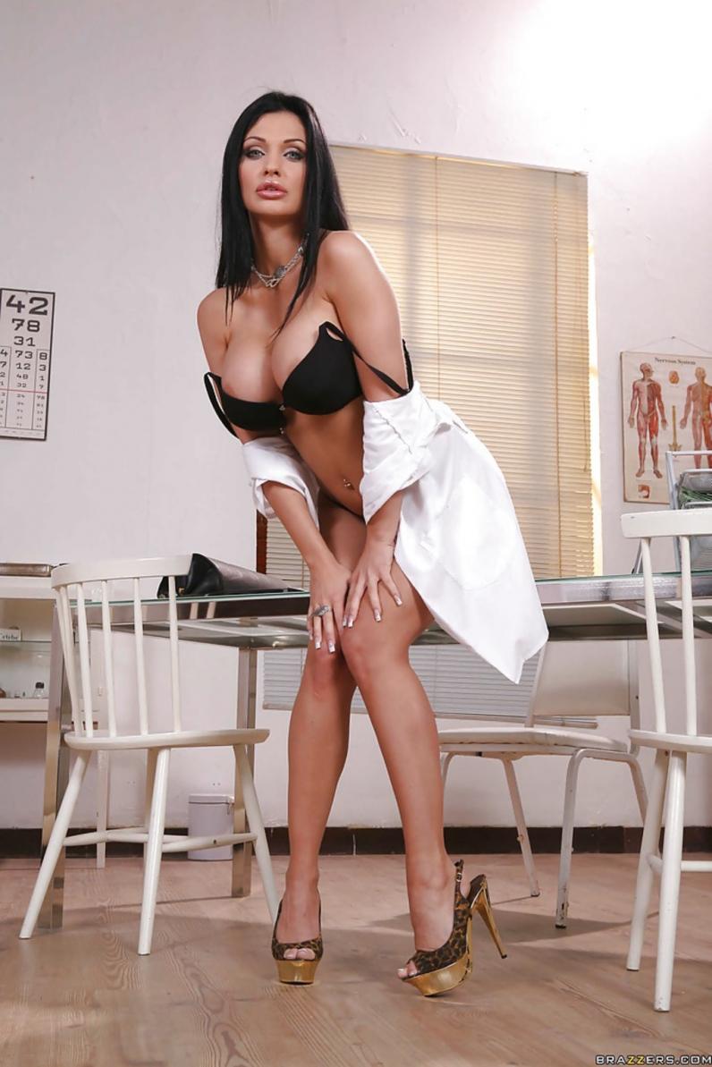 Пухлогубая медсестра с огромными сиськами Алетта Оушен на каблуках снимает одежду с круглой сраки