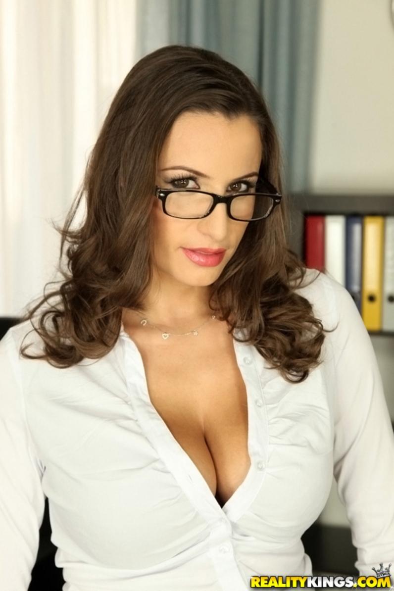 Стриптиз зрелой секретарши с большой голой жопой и строгим взглядом через очки