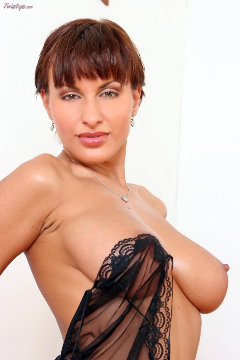Томные натуральная грудь Veronica Vanoza под просвечивающим пеньюаром