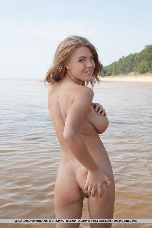 Пляжная блондинка с огромными натуральными титьками в бикини
