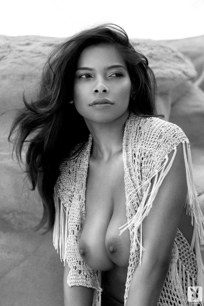 Черно белые эротические изображения страстной брюнетки в песчаном карьере