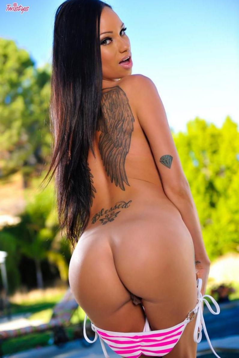 Худая модель с татуировками на спине снимает полосатое бикини и растягивает ладошками тугой попы
