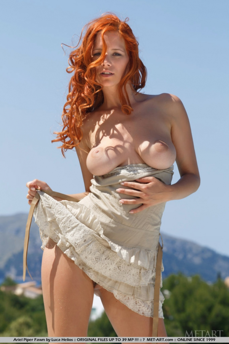 Изящная рыженькая барышня Ariel Piper с кудрявыми волосами без трусов у бассейна